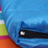 赤くおよび青の屋外スポーツの空の綿の寝袋