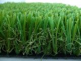 ليّنة يرتّب عشب لأنّ حديقة