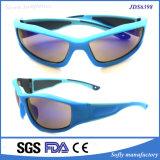 비친 렌즈를 가진 순수한 밝은 파란색 프레임 차가운 옥외 색안경