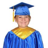 セットされる子供の卒業の式服式帽