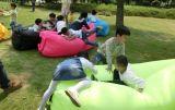 空気満ちるバナナの寝袋、膨脹可能なスリープの状態であること置かれた袋