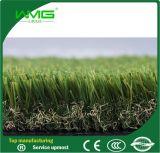 Erba artificiale del tappeto erboso di sembrare ad alta densità e naturale