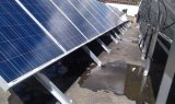 Un invertitore solare di tre fasi con il regolatore incorporato per il servizio dell'Africa