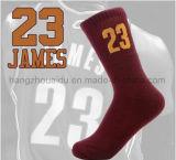 Gli uomini comodi di pallacanestro di sport hanno pettinato i calzini del cotone