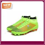 新しい方法人のスポーツのフットボールはサッカーの靴を起動する