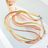 De dunne Multilayer Halsbanden van de Nauwsluitende halsketting van de Slang in Goud/namen Gouden Kleur toe