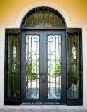 正方形のトランサムおよび側光が付いている上によって手作りされる錬鉄の前ドア
