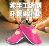 Белизна/голубые связанные ботинки младенца