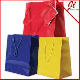 손잡이를 가진 쇼핑 종이 봉지와 쇼핑을%s 광택 있는 부대