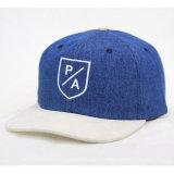 合われた平らな縁の野球帽