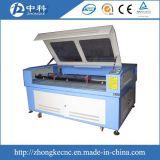 El doble dirige la máquina de corte laser de la tela