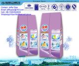 Mão que lava a formação de espuma rica do pó detergente