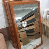 Espelho cheio da parede do comprimento do frame da madeira contínua do quarto do hotel no revestimento preto
