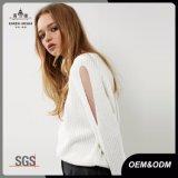女性丸首の切り取られた袖の白いニットのセーター