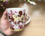 L'abitudine ha stampato la tazza di caffè di ceramica lustrata di colore nero creativo
