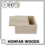 スライドの上が付いている未完成の小さい木のギフト用の箱の収納箱