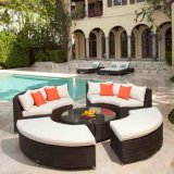 屋外の庭のテラスの藤の柳細工の家具のコーナーのソファーはFootstoolによってセットした