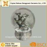 Esfera de vidro de Woter das artes por atacado da resina, globo da água da neve para a decoração do Natal