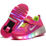 Los zapatos ligeros 2016 del rodillo del LED con las zapatillas de deporte calientes de los zapatos del deporte de la venta de las ruedas retractables para los niños y los adultos tienen zapatos comunes