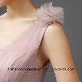 Bridesmaid одевает одно плиссированное плечом платье гостя венчания Tulle