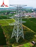 Передающая линия башни электричества собственной личности стоящая