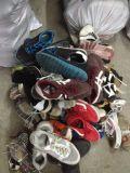 In het groot Gebruikte Schoenen, de Schoenen van de Tweede Hand