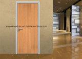 Декоративный пластик смотрел на деревянные двери