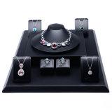 De Uitrusting van de Tribune van de Vertoningen van de Juwelen van de Douane van de Fabriek van China voor Reeks van de Vertoning van de Juwelen van het Leer van de Armband de Zilveren Pu van de Tegenhanger van de Halsband van de Ring