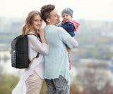 Paizinho/mamã/bebê com a trouxa em mudança do saco do tecido da almofada