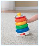 장난감이 플라스틱 아이들에 의하여 새로 디자인한다 장난감을 바위 겹쳐 쌓인다
