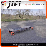 Scooter électrique de planche à roulettes avec à télécommande dans extérieur