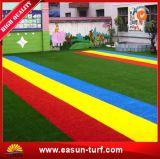 Hierba artificial suave y colorida para el patio de los niños