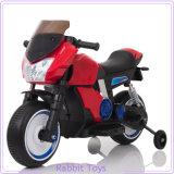 Carro de brinquedo de plástico pequeno