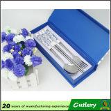 Couverts bleus et blancs d'acier inoxydable de porcelaine
