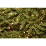 De Kerstboom van 7.5 pre-Lit Dunhill Fir Hinged Artificial van voet met 700 Dual Color Lights (MY100.086.00)