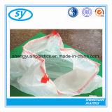 Bolsos de basura plásticos del lazo en el rodillo