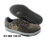 Ботинки людей способа вскользь, ботинки скейтборда, резвятся ботинки