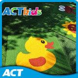 Grama artificial colorida para o centro do jogo de crianças do jardim de infância