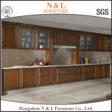 Gabinete de cozinha modular com o painel da porta da madeira contínua