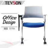 会議室の会合の会議室のオフィスの学校のメモ帳が付いている折るトレーニングの椅子