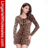 Der reizvolle Leopard der Frauen, der lang kleiden Sleeved ist kurz an