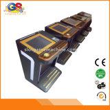 La alta seguridad del casino afina las cabinas de la base de la máquina tragaperras del bloqueo