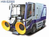 道のクリーニングの掃除人のトラックの乗車