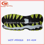 O estilo da forma ostenta a sola de EVA dos calçados