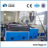 Extrusão da tubulação do PVC que faz a máquina