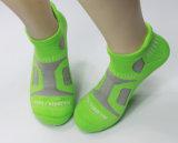 Calzini di Coolmax del Mens che fanno un'escursione, arrampicandosi, calzini di sport esterni