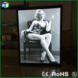 Exposição de arte que anuncia caixas leves
