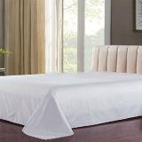 Het witte die Blad van het Beddegoed voor de Dekking wordt geplaatst van het Dekbed van het Bed van het Hotel (DPF1046)