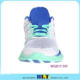デザインLace-upスポーツの靴を実行している女性