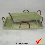 Plateau en bois de portion de couleur normale rustique avec le traitement en métal